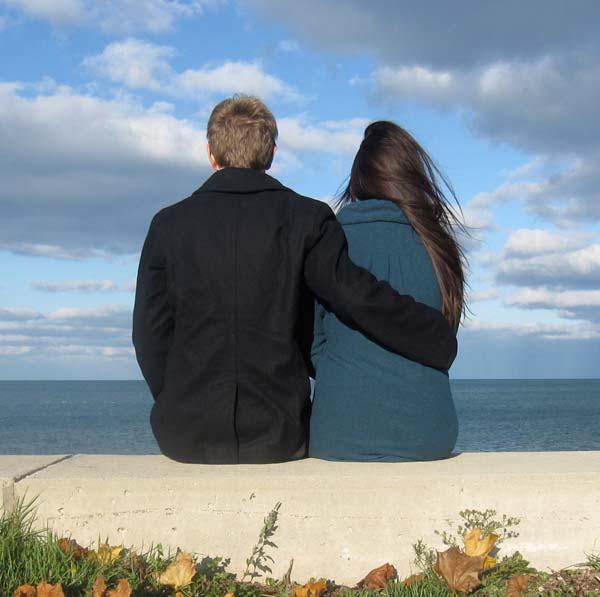 """采访世界旅行者亚历克斯和米娜的 """"寄送明信片 """"活动"""