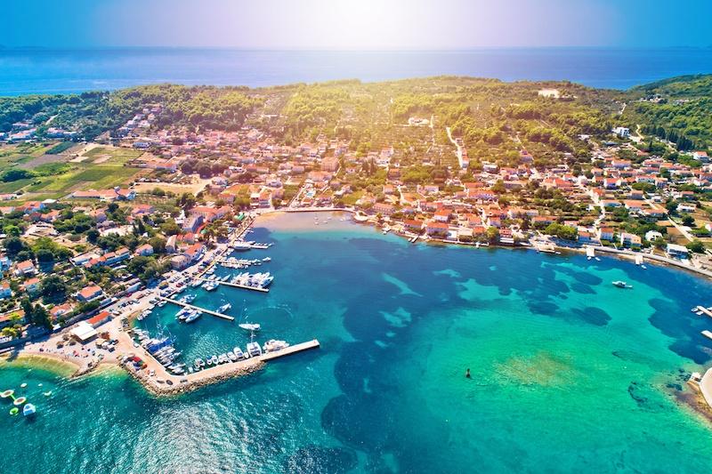 伦巴达是一个沿海的小村庄,位于科拉岛的东海岸,这里有克罗地亚伦巴达最好的活动。