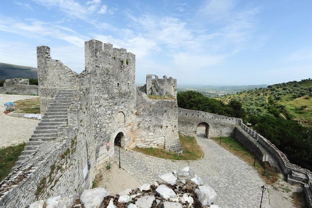 """贝拉特是阿尔巴尼亚最受欢迎的宝石之一,被称为 """"千窗之城""""。"""