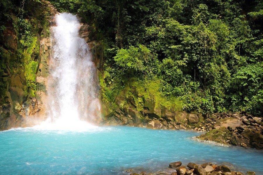 童话般的魔法。哥斯达黎加的Rio Celeste瀑布