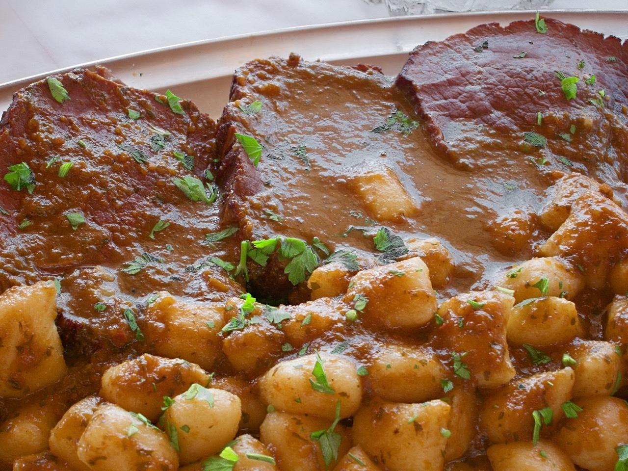 克罗地亚烹饪。炖牛肉的食谱 追赶驴子的人