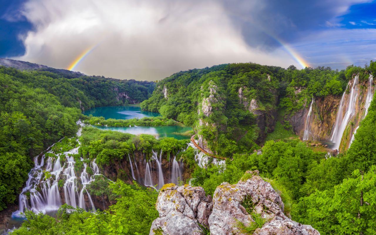 """一定要把联合国教科文组织的 """"普里特维采湖国家公园""""(Plitvice Lakes National Park),以及其令人惊叹的瀑布和16个相连的湖泊,列入你的克罗地亚旅游必看清单。"""