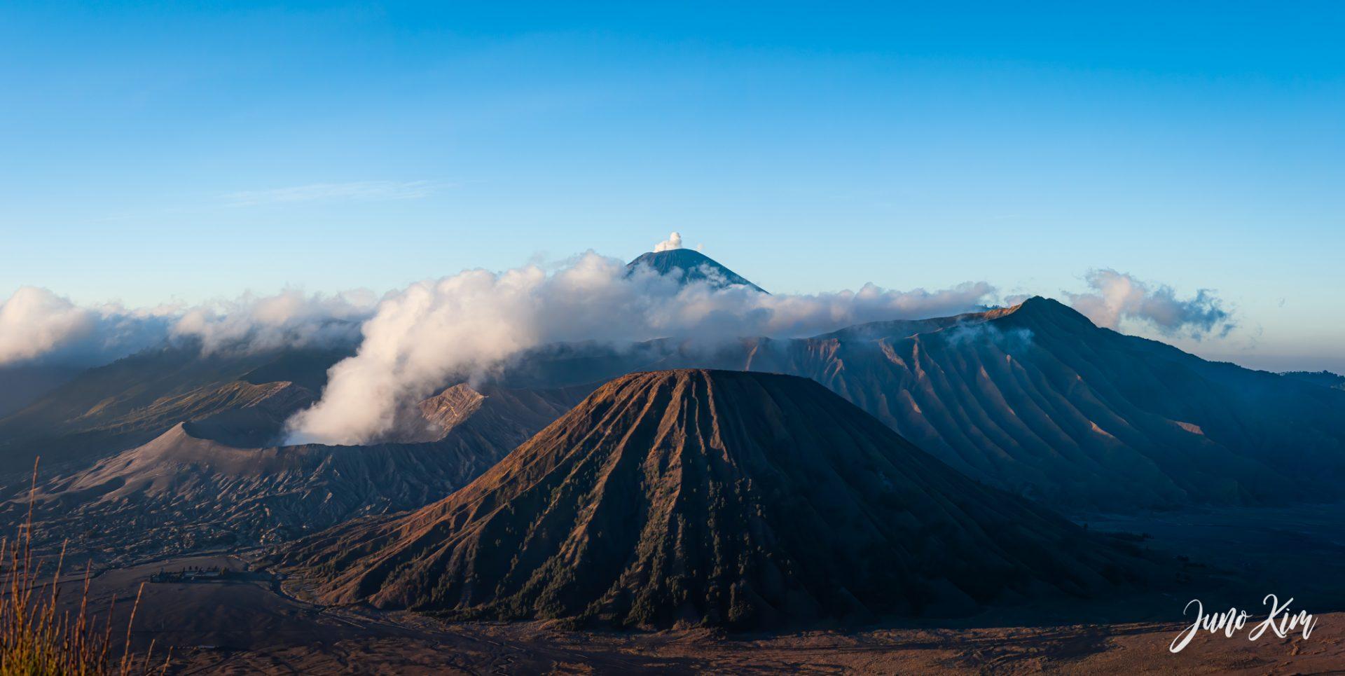在爪哇的阳光下。日出时的布罗莫山
