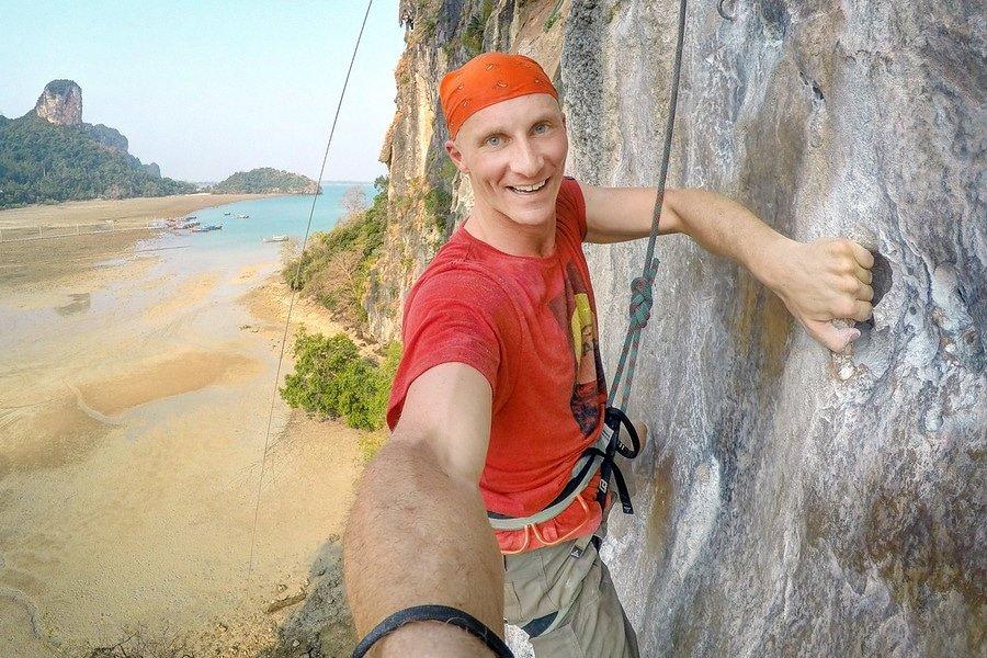 在拉伊海滩攀登石灰岩悬崖的岩石