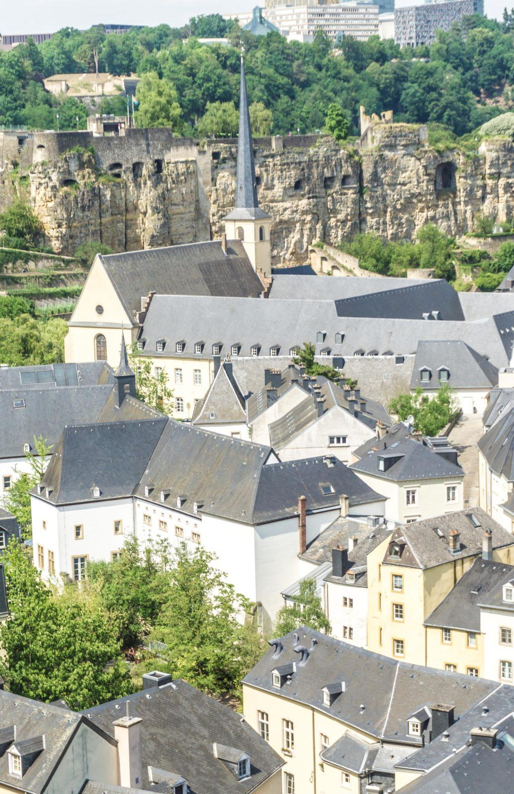 卢森堡是一个新旧交融的美丽城市。这里有卢森堡最值得一看和做的十件事(从博物馆到吃的地方!)。